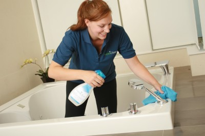 Làm sạch bồn tắm toto