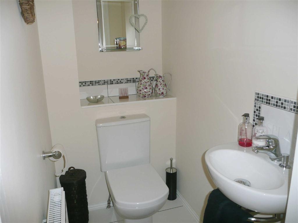 Phòng vệ sinh sang trọng với bồn cầu và lavabo toto cao cấp