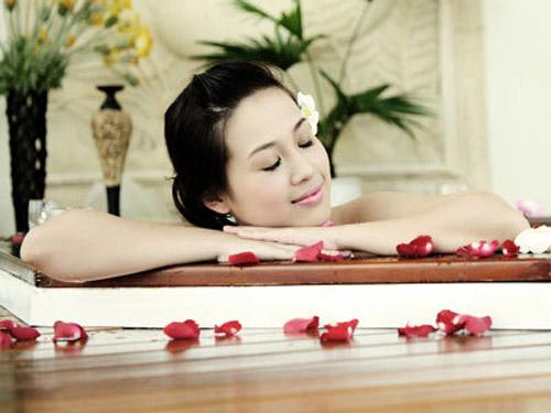 tắm bồn tắm massage với tinh dầu
